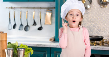 Barn står i køkkenet