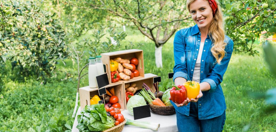 Kvinde viser grøntsager frem